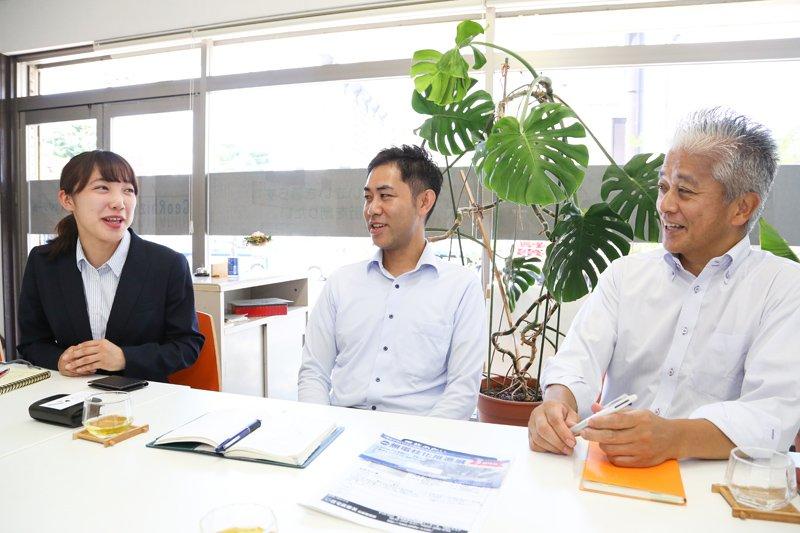 代表取締役の井上利一さん(右)、技術営業部の夏目純一さん(中)、柳川英里さん(左)