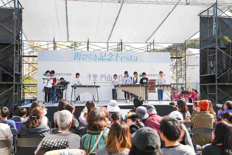 『千里 円山の丘』の街びらきイベントでの「吹田市立千里第三小学校 器楽クラブ」の演奏(2019年11月)