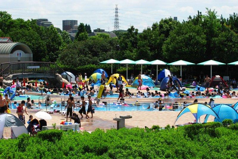 「服部緑地」の屋外プール