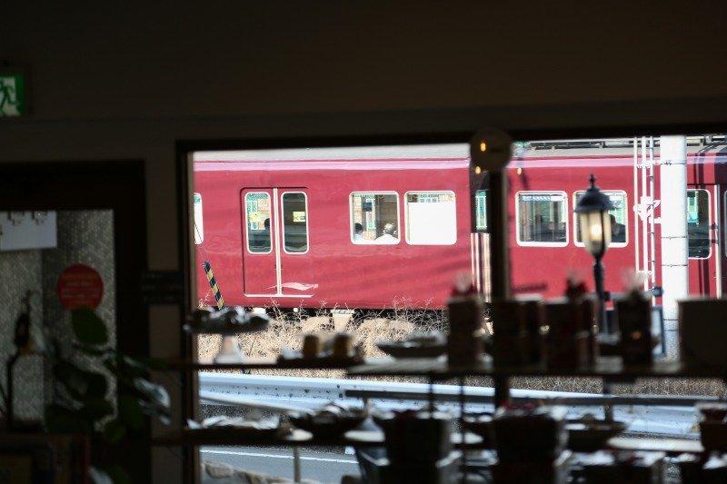 窓からは電車の往来が見られる