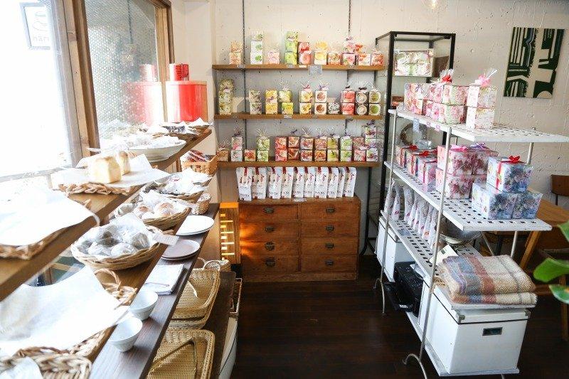 「ムレスナティー」のほか、テイクアウト用のパンや焼き菓子も販売