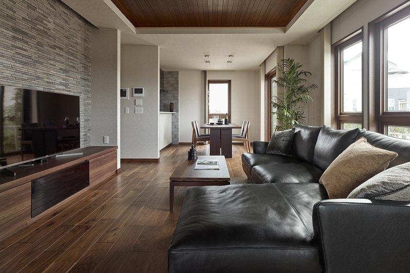 室内には自然の風を取り入れやすいように窓が多く、開放的