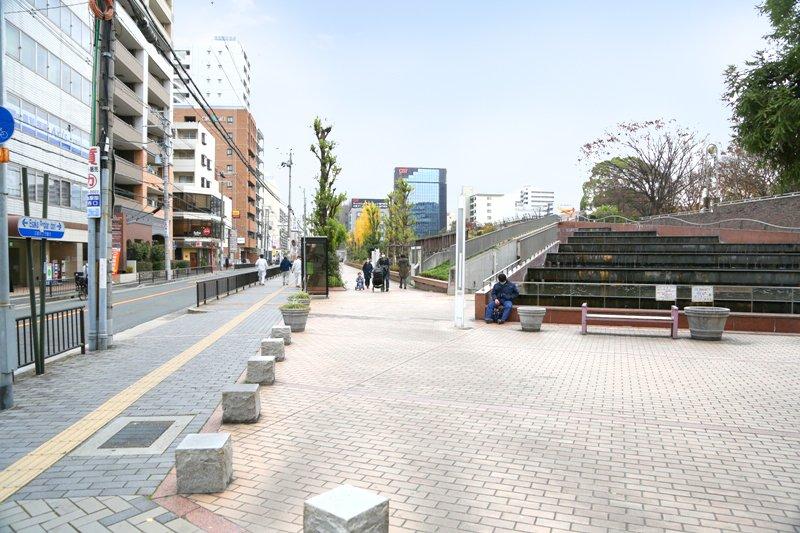 「江坂公園」を右手に見て真っ直ぐ